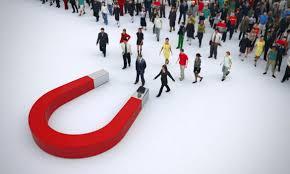 Варианты рекламы для привлечения покупателей, лежит магнит , к нему подходят маленькие фигурки покупателей. Picture.