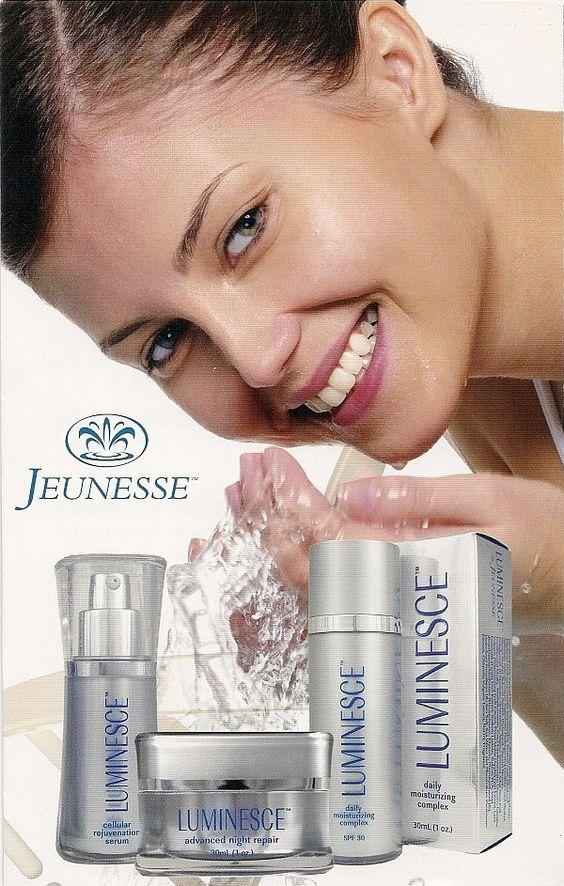 Jeunesse, женщина умывает лицо, продукция Luminesce, флакончики с продукцией Luminesce. Picture.